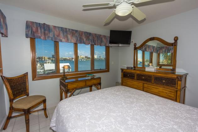 Queen bed penthouse with kitchenette