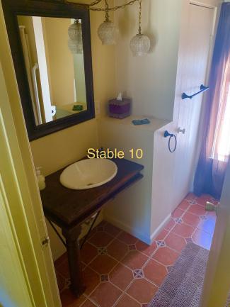 stable 10 Bathroom