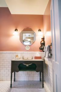 Oxford Room - Bathroom with antique hand painted porcelain sink