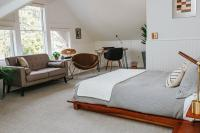 Crisfield Room - Queen bed, TV sitting area, writer/work desk