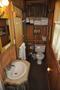 Old Faithful Inn Room en suite