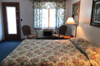 Showboat Motel: Room 14 - Queen Bed and Seating Area