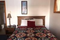 Showboat Motel: Room 2 - Bed and Bath