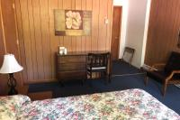 Showboat Motel: Room 20 - Queen Bed and Desk