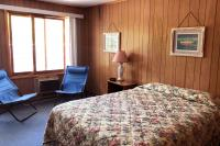 Showboat Motel: Room 26 - Queen Bed and Seating Area