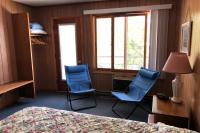 Showboat Motel: Room 26 - Queen Bed, Seating Area, Closet