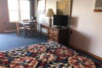 Showboat Motel: Room 3 - Bed, TV and Kitchen Area