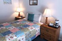 Showboat Motel: Room 31 - Queen Bed and Coffee Maker