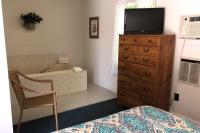 Showboat Motel: Room 32 - Queen Bed, TV, Dresser and In Room Spa
