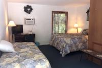 Showboat Motel: Room 33 - Queen and Twin Beds