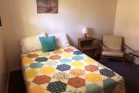 Showboat Motel: Room 39 - One Full Bed and Seating Area