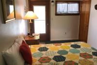 Showboat Motel: Room 39 - Full Bed, Entrance and Bathroom