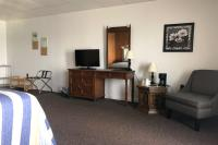 Showboat Motel: Room 4 - Seating and Entertainment