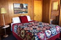 Showboat Motel: Room 42 - Queen Bed and Bathroom