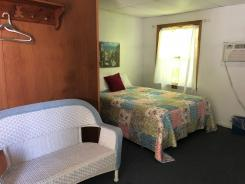 Showboat Motel: Room 37 - Full Bed and Seating Area