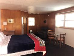 Showboat Motel: Room 46 - King Bed and Seating Area