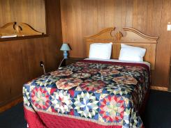 Showboat Motel: Room 6 - Queen Bed