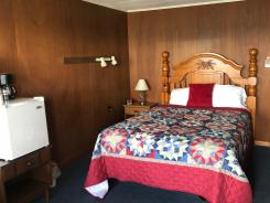 Showboat Motel: Room 8 - Queen Bed and Mini-Fridge