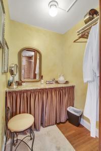 Victoria Suite vanity area