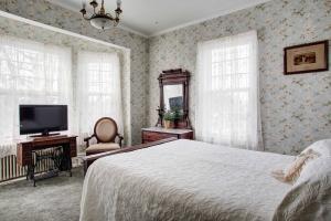 Room 6 Bedroom