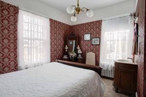 Room 7 Queen Bed