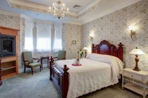 Suite 102 Bedroom